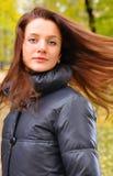 La donna graziosa sta agitando i suoi capelli Immagini Stock Libere da Diritti