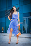 La donna graziosa sta camminando nella città Fotografie Stock Libere da Diritti