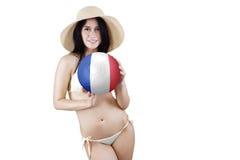 La donna graziosa tiene un pallone da calcio Fotografie Stock Libere da Diritti