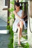 La donna greca sta sedendosi sui punti di pietra Fotografia Stock Libera da Diritti