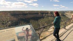 La donna guarda attraverso il canyon fotografia stock libera da diritti
