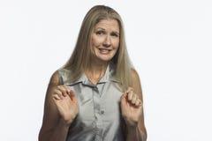 La donna guarda la colpevolezza e dispiaciuto, orizzontale Fotografia Stock