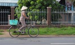La donna guida la bicicletta Fotografie Stock