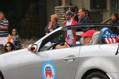 La donna guida nel quarto della parata di luglio in automobile con il logo del partito repubblicano Fotografia Stock