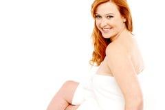 La donna ha avvolto l'asciugamano, isolato su bianco Fotografia Stock Libera da Diritti