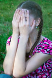La donna ha coperto il suo fronte Immagini Stock