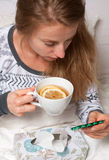 La donna ha il freddo, l'influenza e febbre alta Fotografia Stock Libera da Diritti