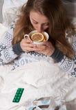 La donna ha il freddo, l'influenza e febbre alta Immagini Stock Libere da Diritti