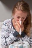 La donna ha il freddo, l'influenza e febbre alta Immagini Stock