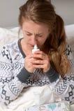 La donna ha il freddo, l'influenza e febbre alta Fotografie Stock Libere da Diritti