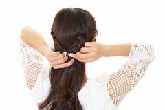 La donna ha legato i suoi capelli fotografie stock libere da diritti