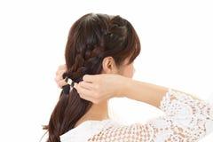 La donna ha legato i suoi capelli immagini stock