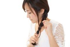 La donna ha legato i suoi capelli immagine stock libera da diritti
