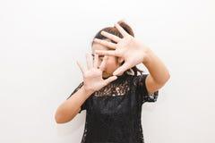 La donna ha messo le sue mani su nella difesa impaurita di qualcosa Immagini Stock Libere da Diritti