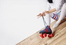 La donna ha messo sopra i pattini di rullo Fotografie Stock Libere da Diritti
