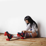 La donna ha messo sopra i suoi pattini di rullo Fotografie Stock Libere da Diritti