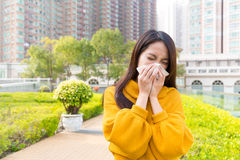 La donna ha ottenuto l'allergia del naso Fotografie Stock Libere da Diritti