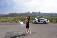 La donna ha perso l'automobile resa non valida Immagine Stock Libera da Diritti