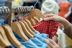 La donna ha scelto i nuovi vestiti immagine stock libera da diritti