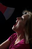 La donna ha spaventato di un'ascia Immagini Stock