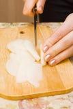 La donna ha tagliato le cipolle Fotografia Stock