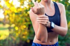 La donna ha un dolore del polso all'aperto Sanità, medicina e la gente fotografie stock