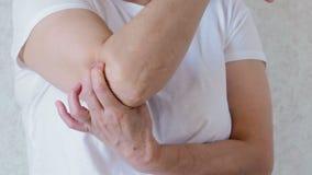 La donna ha un dolore nel suo gomito archivi video