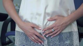 La donna ha un problema ginecologico con il suo stomaco archivi video