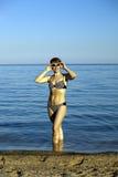 La donna harmonous sulla spiaggia Immagine Stock