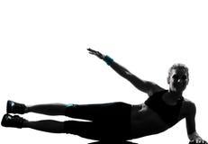 La donna i abdominals di posizione che di forma fisica di allenamento spingono aumenta Immagine Stock Libera da Diritti