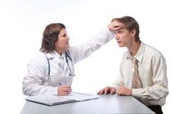 La donna il medico accetta l'uomo adulto Fotografie Stock Libere da Diritti