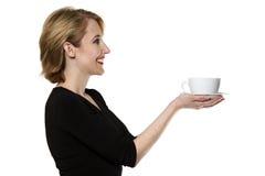 La donna/il tè/caffè d'offerta della cameriera di bar hanno isolato Fotografia Stock