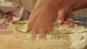 La donna impasta a mano la pasta stock footage