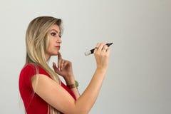 La donna imprenditoriale sta pensando a cui sta andando al wri fotografia stock
