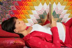 La donna incinta è libro di lettura Immagini Stock