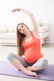 La donna incinta allegra sta facendo gli esercizi Fotografia Stock Libera da Diritti
