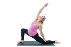 La donna incinta di forma fisica fa l'allungamento su yoga e su pilates posare su fondo bianco Fotografia Stock Libera da Diritti