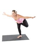 La donna incinta di forma fisica fa l'allungamento su yoga e su pilates posare su fondo bianco Fotografia Stock