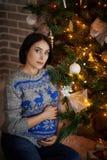 La donna incinta moderna si incontra il nuovo anno Fotografia Stock Libera da Diritti