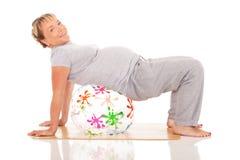 La donna incinta si esercita nell'yoga Fotografia Stock Libera da Diritti