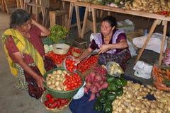 La donna indiana sta pesando con una stadera. fotografia stock libera da diritti
