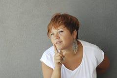 La donna indica il suo dito immagine stock libera da diritti