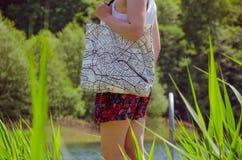 La donna indossa la borsa di totalizzatore Immagini Stock Libere da Diritti
