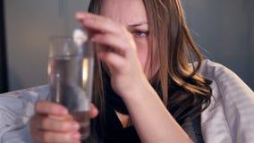La donna infelice che beve la medicina Ritratto Primo piano 4K stock footage