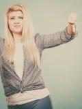 La donna infelice che mostra il pollice giù gesture fotografia stock libera da diritti