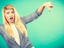 La donna infelice che mostra il pollice giù gesture fotografia stock