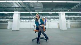 La donna infelice soffia un cracker, sedentesi in una sedia dell'ufficio video d archivio