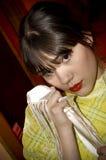 La donna innesta l'attesa del fazzoletto fotografia stock