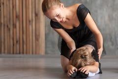 La donna insegna alle ragazze di balletto Fotografia Stock Libera da Diritti