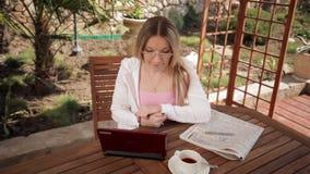 La donna insegna a online archivi video